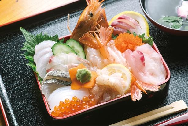 大門茶屋 いろり / 「海鮮重」 (1080円)。多い日には1日100食以上出たこともある、店一番の人気商品。エビ、イカ、イクラ、トビッコなどのほかに5、6種の旬の刺身がのっている