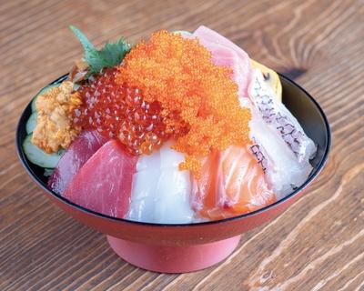 塚本鮮魚店 / 「極み海鮮丼」(1800円)。旬の魚に加え、トロ、ウニ、イクラが贅沢にのる。小鉢、茶椀蒸し、味噌汁、漬物がセットだ。タレは醤油ダレとゴマダレから選べる