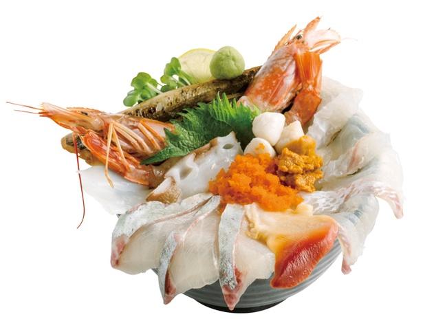 漁師直営 いけす立石 / 「特盛海鮮丼」(2000円 ※ランチタイム以外は2300円)。醤油ダレと絡めて食べるほか、付け合わせの温泉卵で味の変化を楽しんで