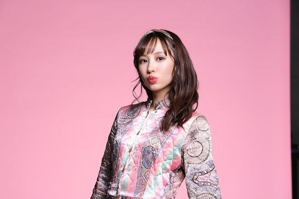 ピンク担当の佐藤まりあは正統派ルックスでファンを魅了!