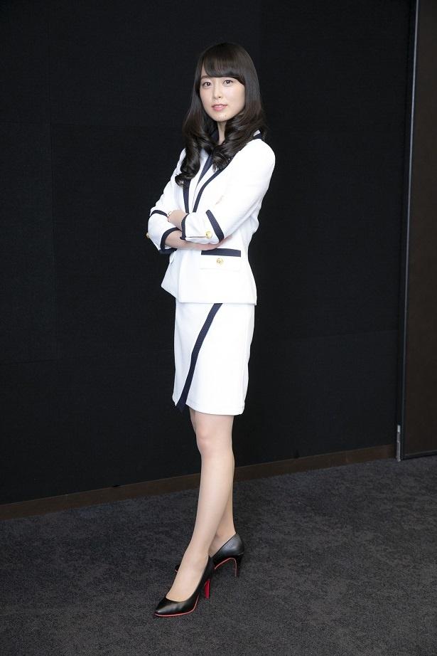 【写真を見る】爽やか白スーツから美脚がすらり!