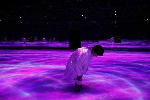 匠海くんいわく「ジブリの世界みたい」という「人と共に踊る鯉によって描かれる水面のドローイング」
