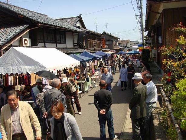 【写真を見る】吉崎地区の町内の通りを会場に、30以上の店舗が開店