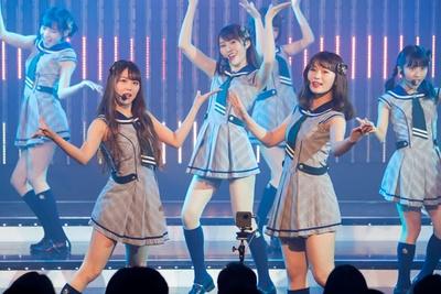 【写真を見る】『月見草』を歌う白間美瑠(左)・渋谷凪咲(右)・川上礼奈(後方中央)