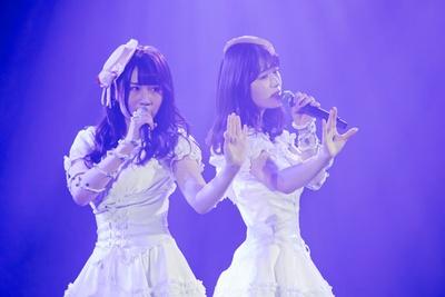 『蜃気楼』を歌う久代梨奈(左)・渋谷凪咲(右)