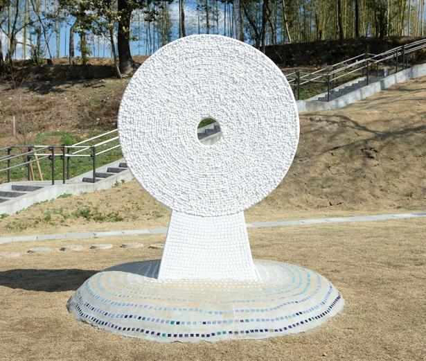 古墳巡りのルートにあるアート作品「カオダシ」は、記念撮影スポット!