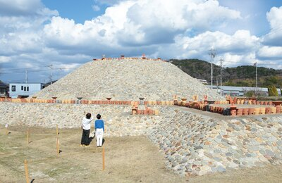 【写真を見る】国指定史跡の1つである志段味大塚古墳を、壮大なスケールで復元