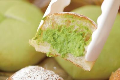 ふんわりとしたパンに抹茶クリームがたっぷり! / 道の駅 にしお岡ノ山