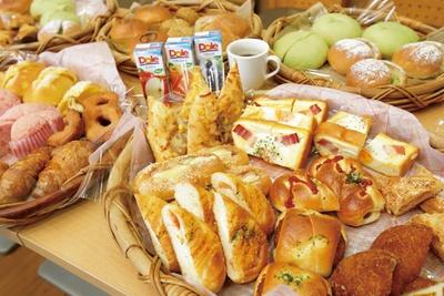 【写真を見る】パンはカットされていて食べやすいので、ついつい食べ過ぎてしまいそう!/ 道の駅 にしお岡ノ山