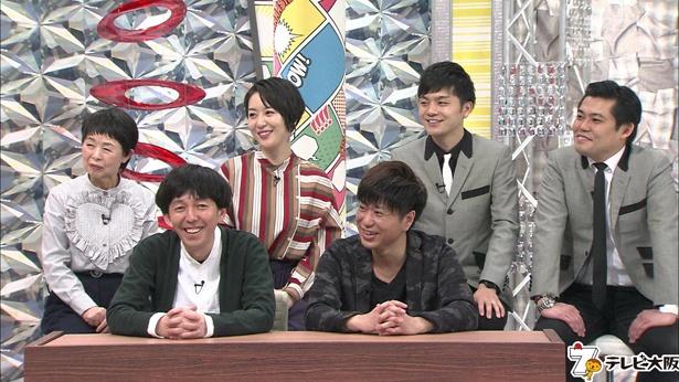 【写真を見る】「さんまのお笑い向上委員会」(フジテレビ系)でも、そのクズっぷりが話題となった小堀裕之(写真手前左)と、相方・川谷修二(手前右)