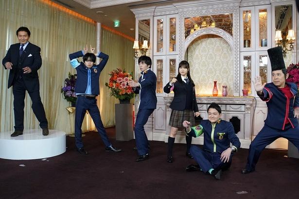 【写真を見る】田中圭&中島健人がイケメンすぎるポーズ
