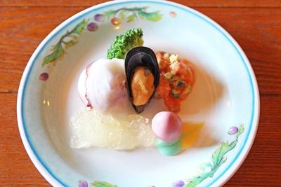 シーフードをたっぷり使用し、彩りよく盛りつけられた前菜のプレート
