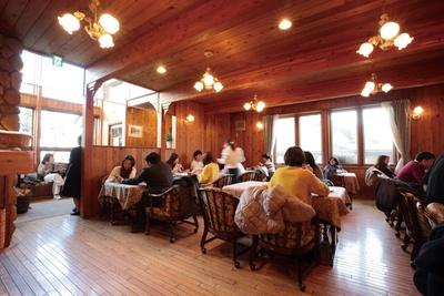 店内は数多くの客で賑わっている「カフェテラス シャンドール」