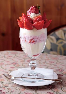 【写真を見る】トッピングだけでなく、アイスやソースにもイチゴを使った贅沢なパフェ。「イチゴパフェ」(1058円、6月中旬まで販売)