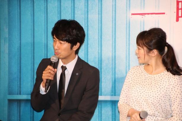 眞島秀和、貫地谷しほり(写真左から)