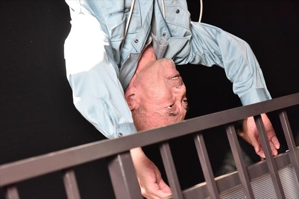 【写真を見る】ベランダの外に宙づりに…!怖すぎる!!
