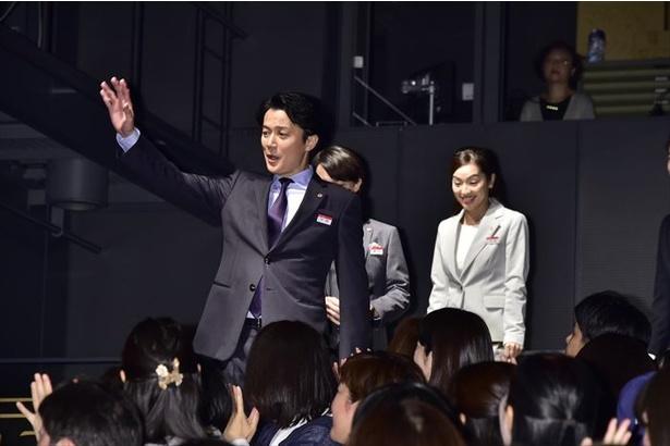 試写後、客席後方から福山雅治らキャストが登場!