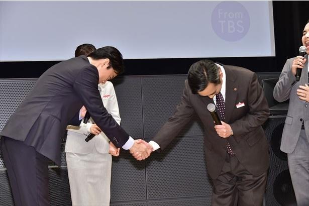 「福山さんの優しさに惚れました」と言う高橋和也に、福山雅治が握手を求める