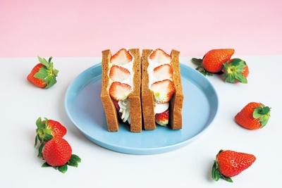 旬の果物を使用するフルーツサンドは、奈良県のイチゴを使用するプレミアムサンド 古都華が1200円で春限定販売/堀内果実園