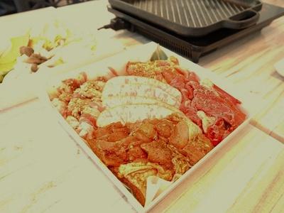 ボリュームたっぷりの肉5種類!プラス1000円で食べ放題にもできる