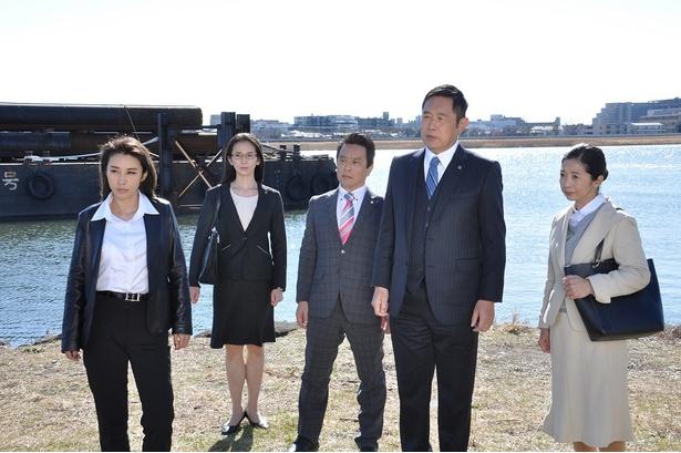 【写真を見る】FBIのエリート捜査官を演じる鈴木紗理奈(写真左)