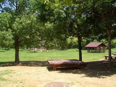 【写真を見る】園内にはゆったりくつろげるスペースも多い