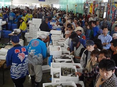 【写真を見る】漁業者による魚の販売を楽しみにする人も多い