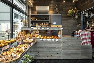 シェフのアイデアが凝縮されたパンが併設の工房から次々と運ばれ、目にも楽しいラインアップの「Le seul et Í unique」