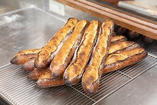 「Boulangerie Ensemble」のイチ押しは、なんといってもバゲット。バゲット トラディション(1本 345円)は、フランス産小麦と硬水を使い、 噛むほどに小麦粉の風味が広がる。