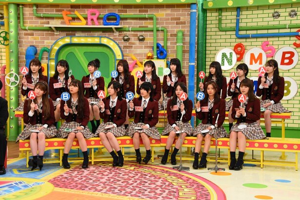 【写真を見る】自信のない様子でクイズに解答するNMB48メンバー
