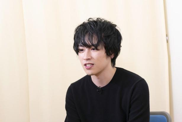 【写真を見る】ミュージカル『憂国のモリアーティ』で平野良と共演する鈴木勝吾