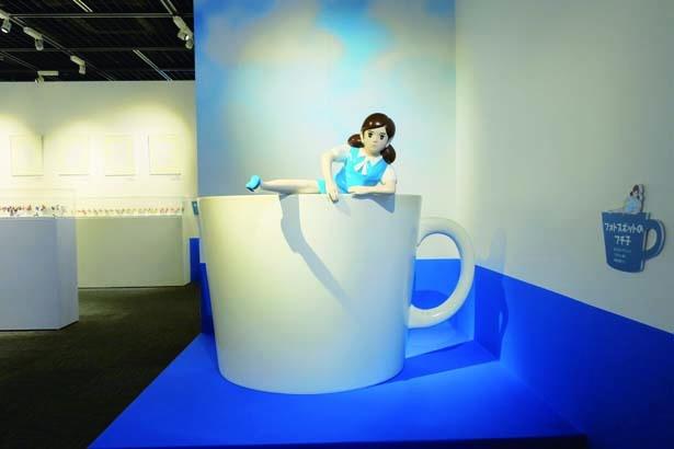 コップのフチ子と一緒に写真が撮影できるコーヒーカップのオブジェ。さまざまなオリジナルグッズを購入できるショップも登場!