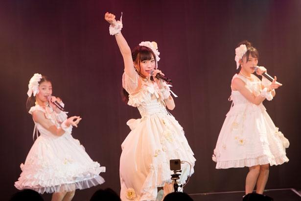 「初恋よ こんにちは」を歌う梅山恋和(中央)・塩月希依音(左)・新澤菜央