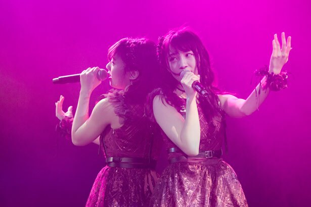 「誤解」を歌う山田寿々(左)・山本彩加(右)