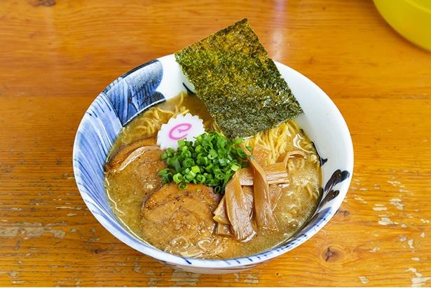 煮干しなどの和ダシと豚骨スープを2対8でブレンドした「八豚ら~麺」(650円)。キレのある醤油ダレがスープを引き立てる。麺は細麺と平打ち麺から選択できる