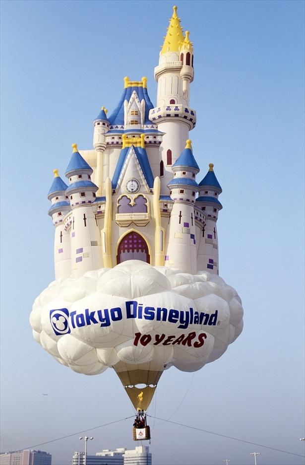 【写真で振り返る】10周年を記念したシンデレラ城モチーフの巨大熱気球