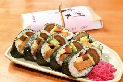 地元郷土料理を巻き寿司にアレンジした「割木の巻き寿司」(680円) / 道の駅 アグリの郷栗東