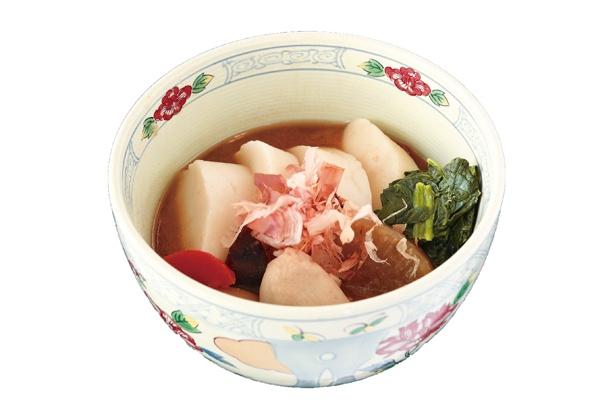 あとのせのカツオ節で風味豊かな、ほっこりお雑煮「おはたき餅のお雑煮」(580円) / 道の駅 掛川