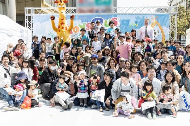 イベントに参加した親子と記念撮影