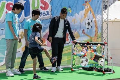 【写真を見る】女児と村上さんによるフリーキック対決で、女児がシュートを決めた瞬間