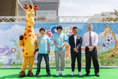 左からトイザらスのマスコットであるジェフリー、フルーツポンチ亘健太郎さん、フルーツポンチ村上健志さん、前園真聖さん、ディーター・ハーベル日本トイザらス代表取締役社長