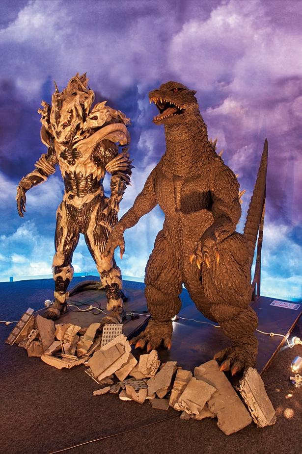 ゴジラ(右)とモンスターX(左)※展示物は変更の場合あり