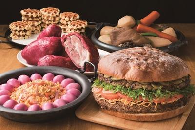 アメリカンサイズの特大ハンバーガー(1人前にカットして提供)などのほか、パフォーマンス・デザートも登場/TOP of HANKYU『BEER CAMP』