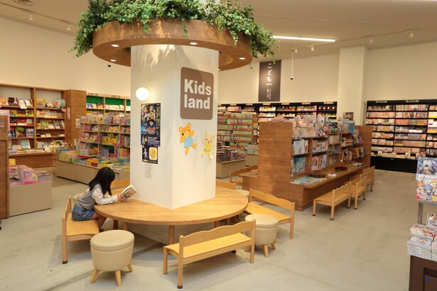 「Kids land」には子供向けの机や椅子が常設されている