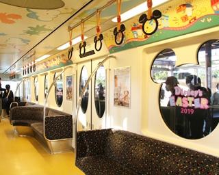 「ディズニー・イースター・ライナー」の車内。写真は東京ディズニーランドの「ディズニー・イースター」をイメージした車両