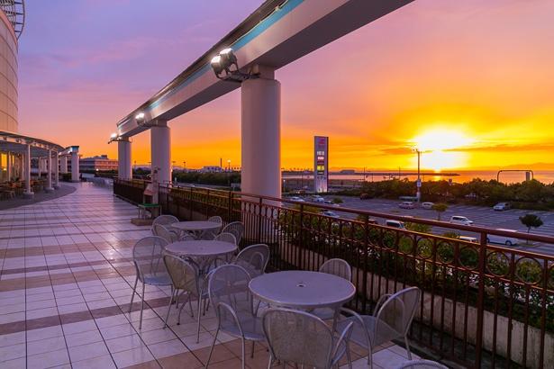 館内の「サンセットテラス」から望む夕陽も格別