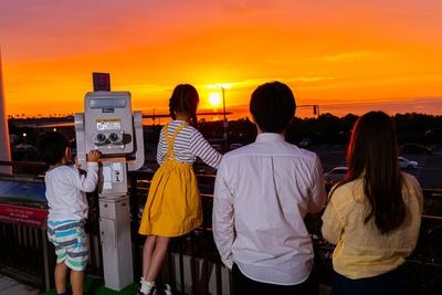 「サンセットテラス」には無料の望遠鏡も2台設置。夕陽を背に関空を飛び立つ飛行機を眺めよう
