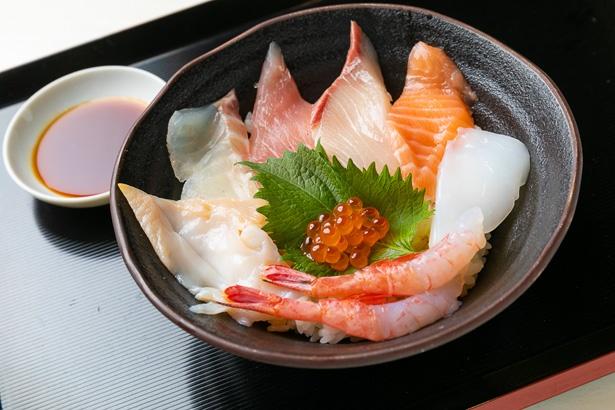 とれとれ海鮮丼1,058円(税込)。約260gの特盛まで、ご飯は無料でボリュームアップOK