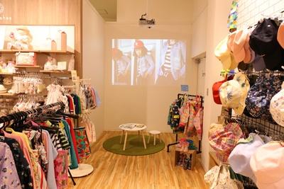 「ブランシェス」のキッズスペース。壁面に映る動画に興味津々の子供もいるとか