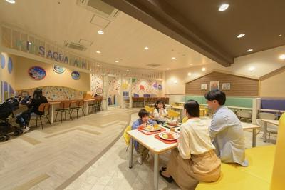 子供に合わせた高さの机や椅子が配されたファミリー専用スペース